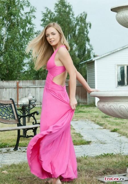 Фото эротика девушки в розовом платье