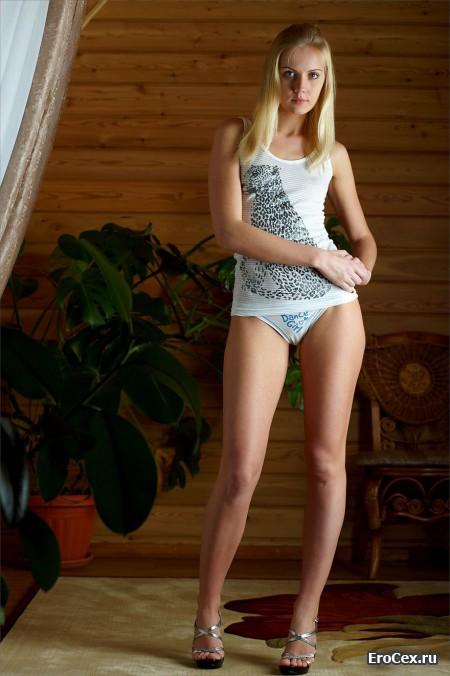 Эротическое фото юной блондинки