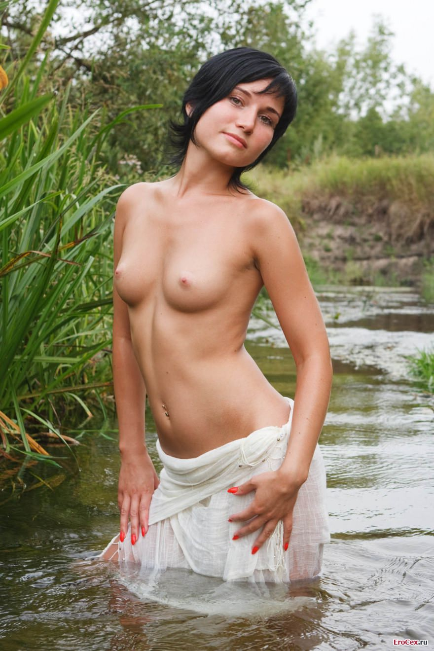 Мокрая брюнетка в воде