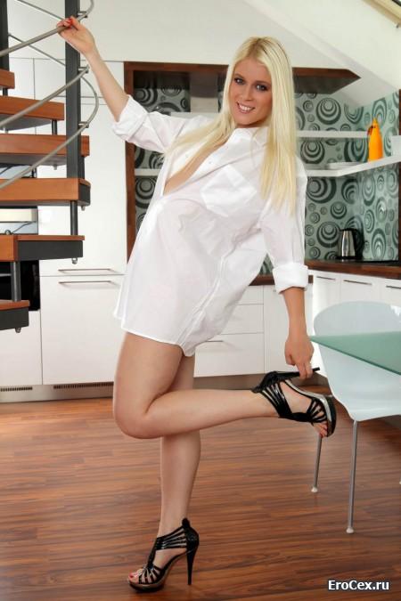 Классная девочка в белой рубашке