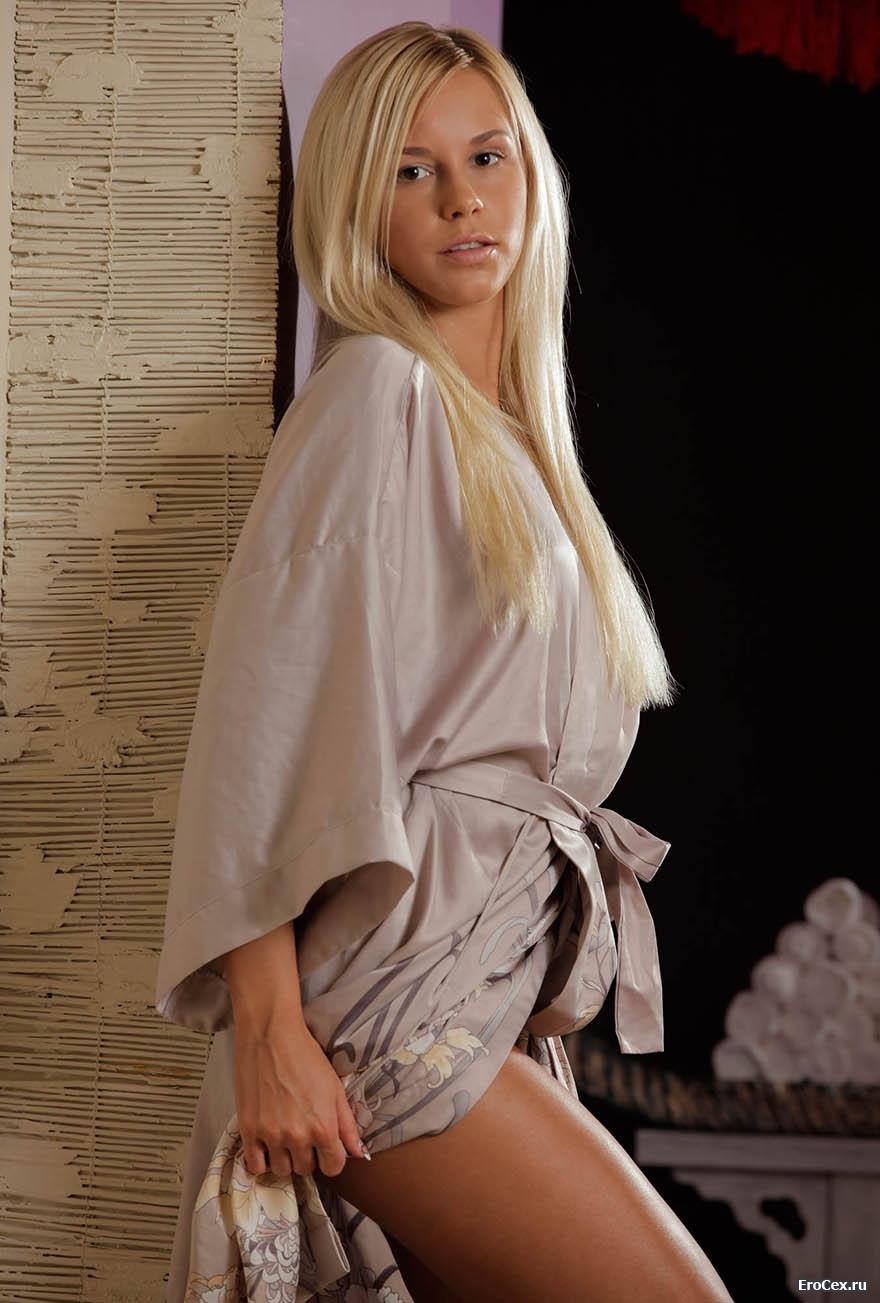 Домашняя эротика блондинки в халате