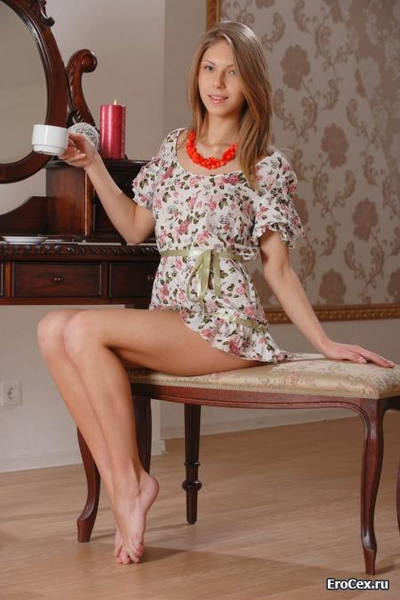 Милая девушка с чашкой чая