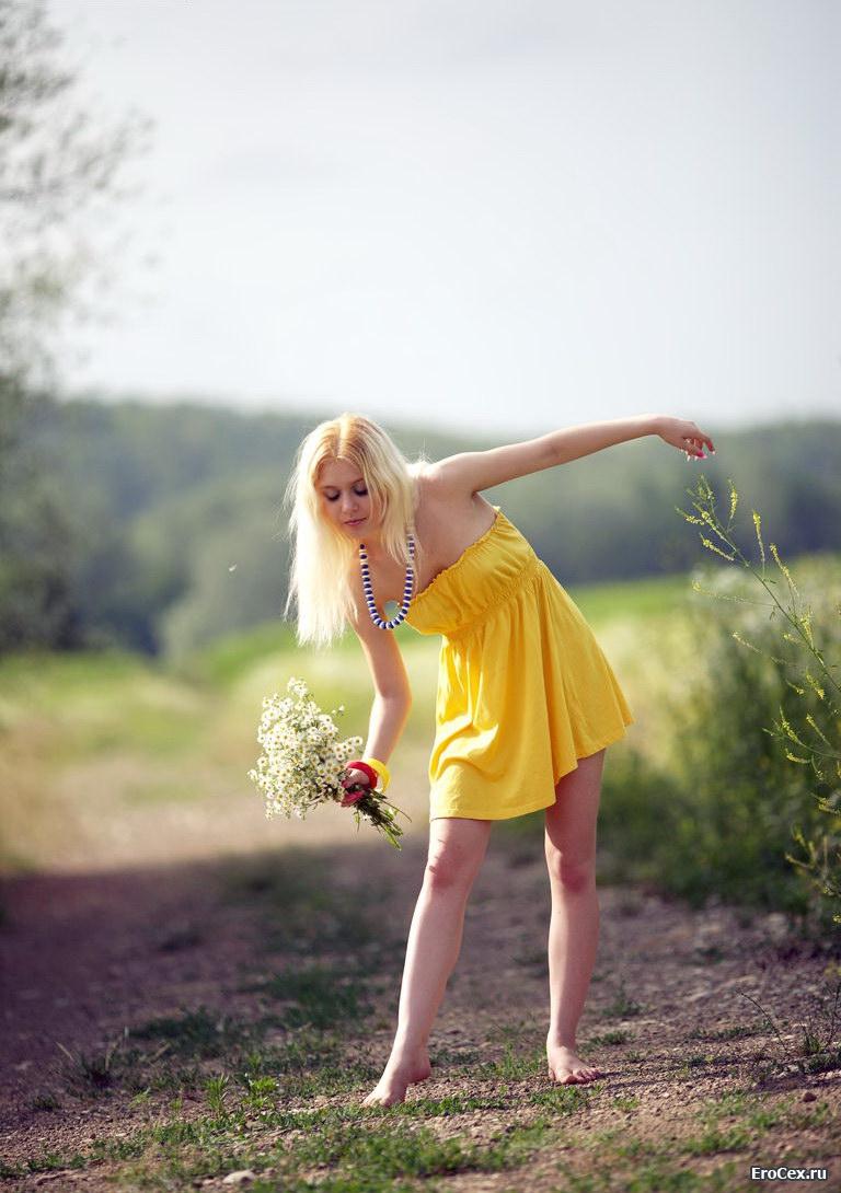 Худенькая блондинка в жёлтом платье