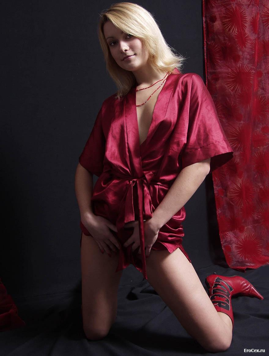 Фотосессия блондинки в халате