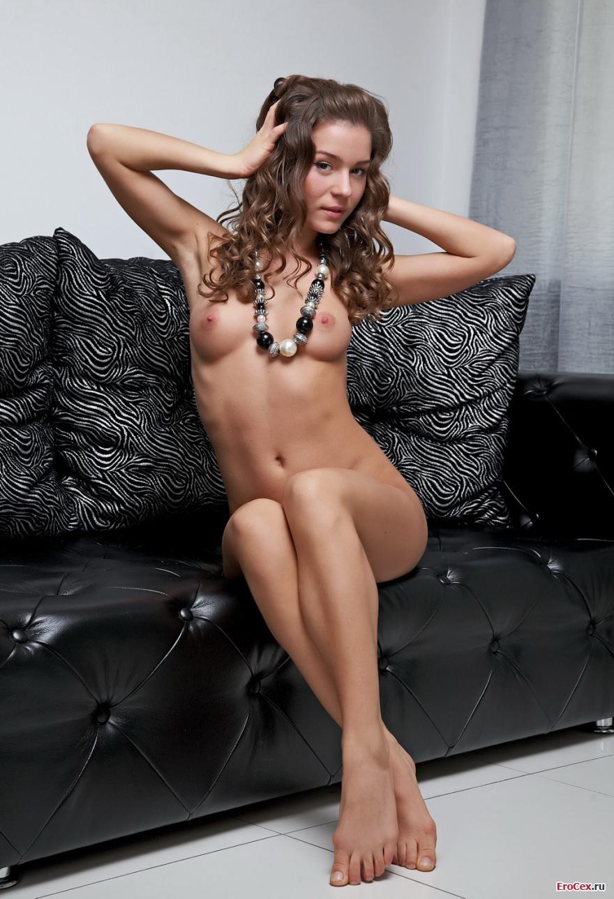 Голая девушка на кожаном диване