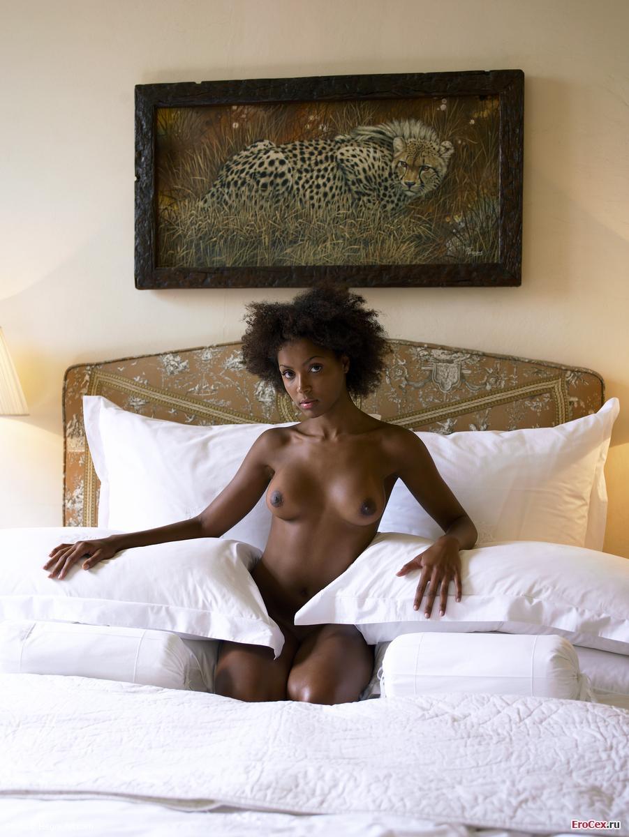 Голая негритянка на кровати