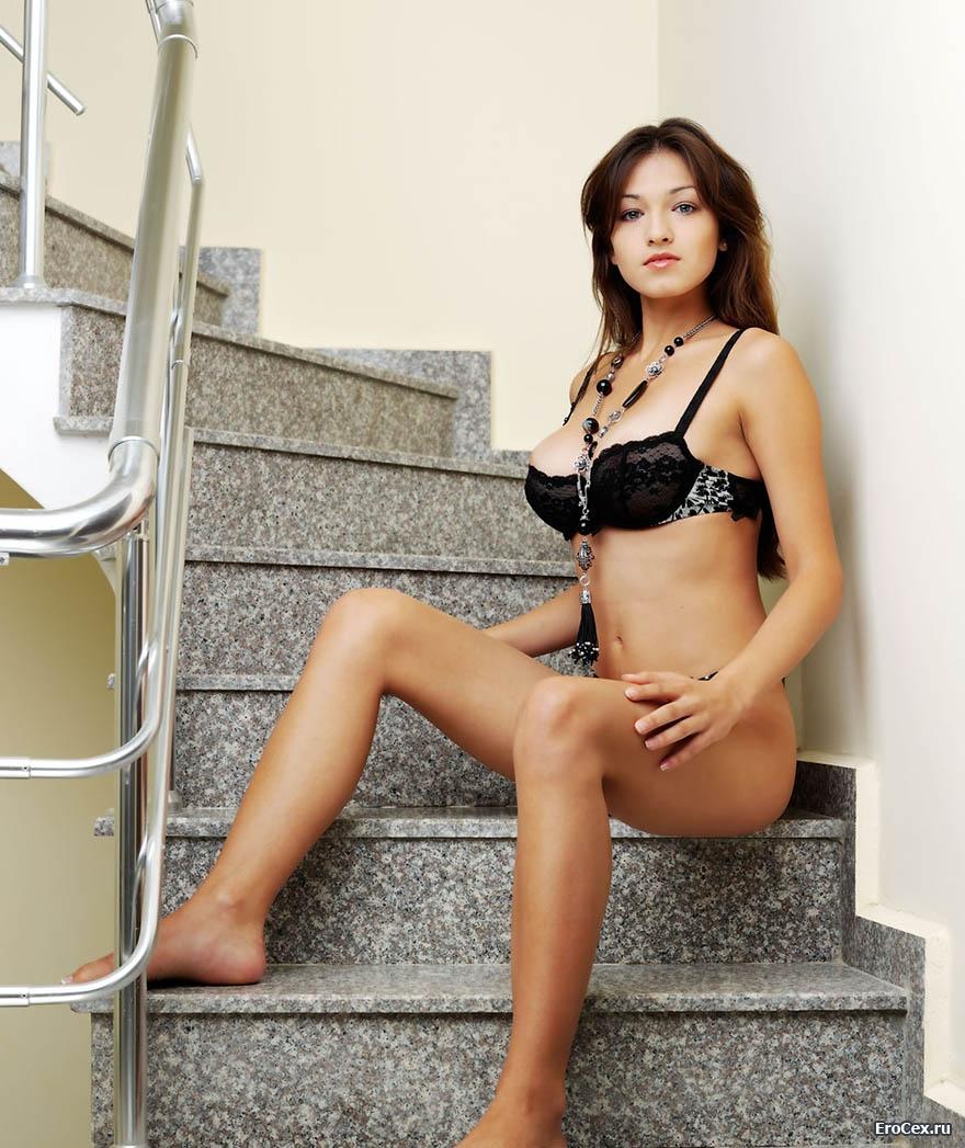 Волосатая пилотка девушки на лестнице