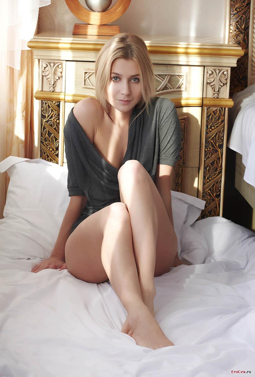 Эротические фото блондинки на кровати