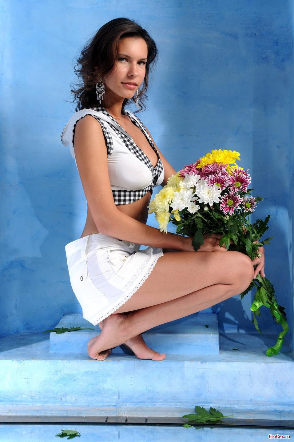 Сексуальная девушка с цветами