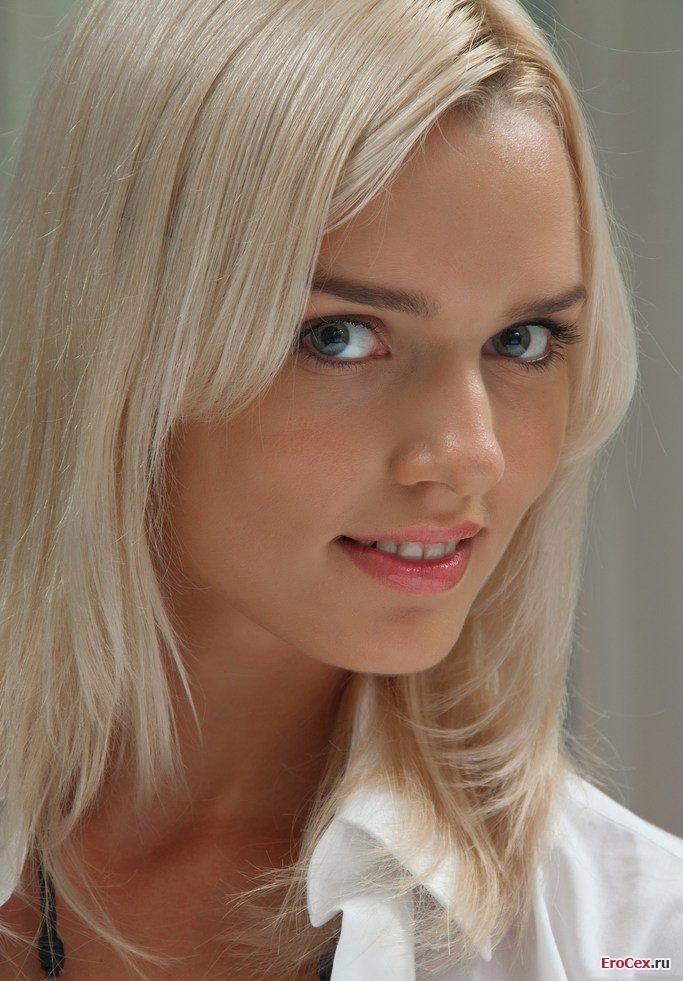 Эротика блондинки в белой рубашке