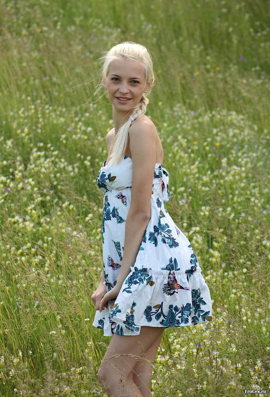 Эротика блондинки в поле