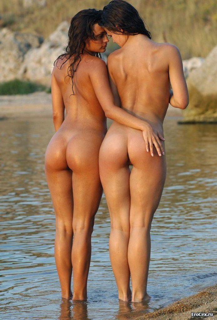 Мокрые девушки у озера