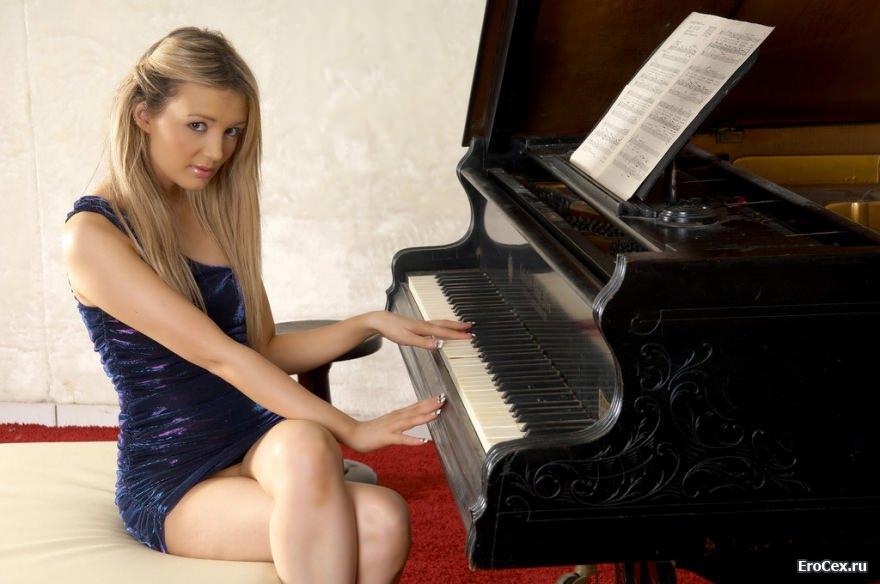 Скромная блондинка у рояля