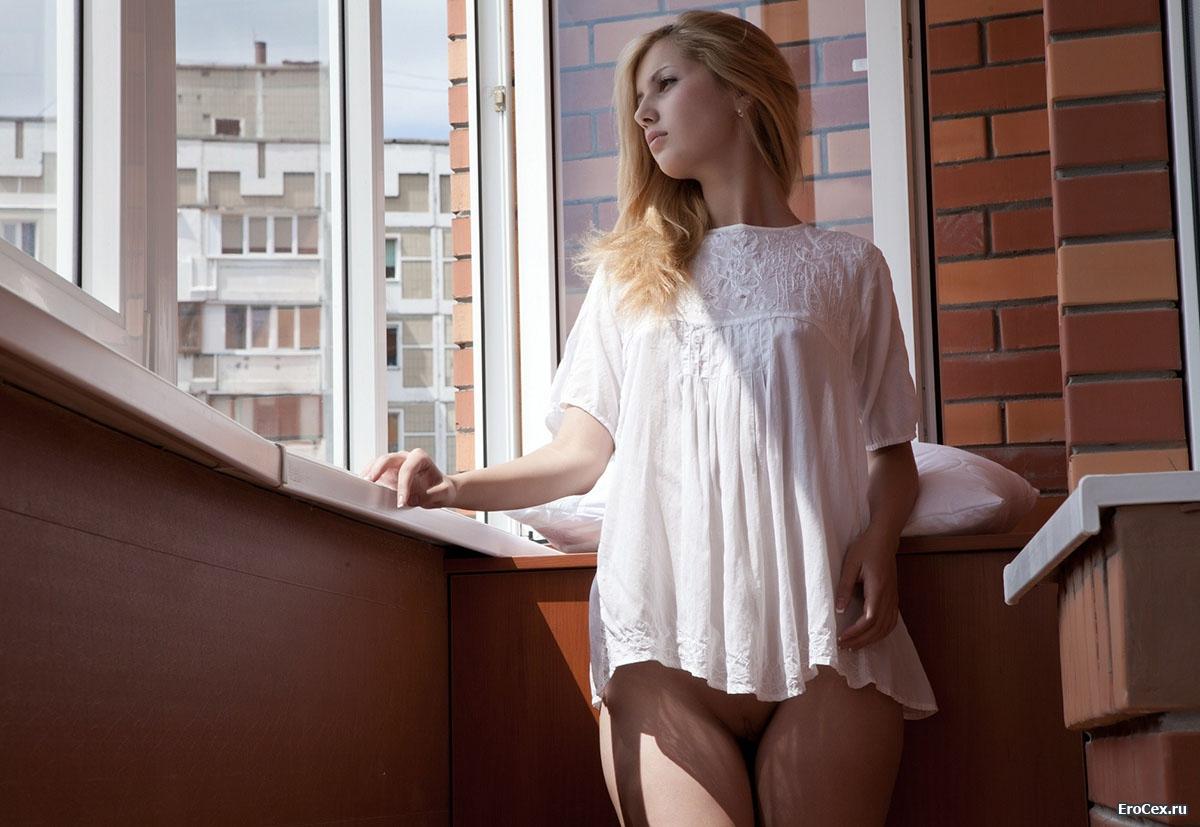 Эротика блондинки на лоджии