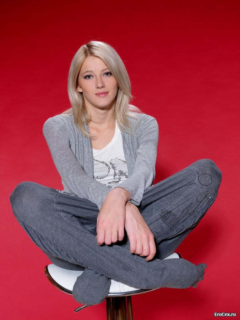 Эротическая фотосессия милой блондинки