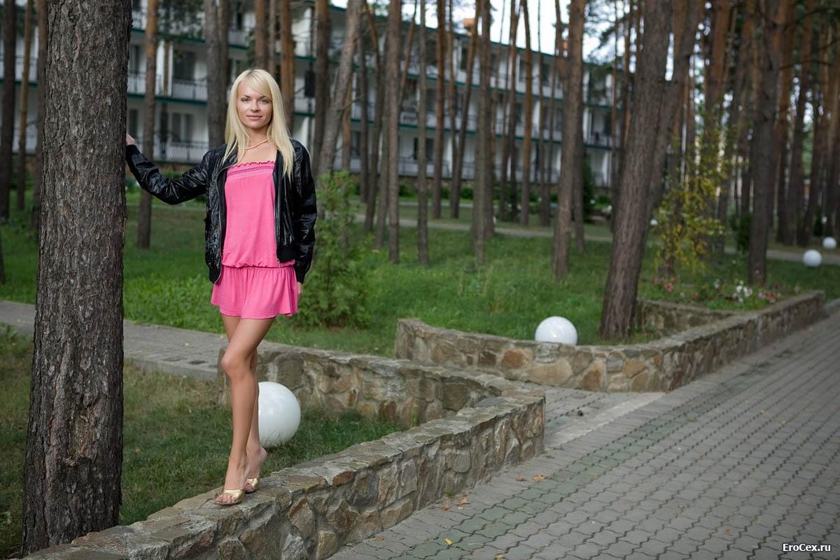 Худенькая блондинка с бритой киской