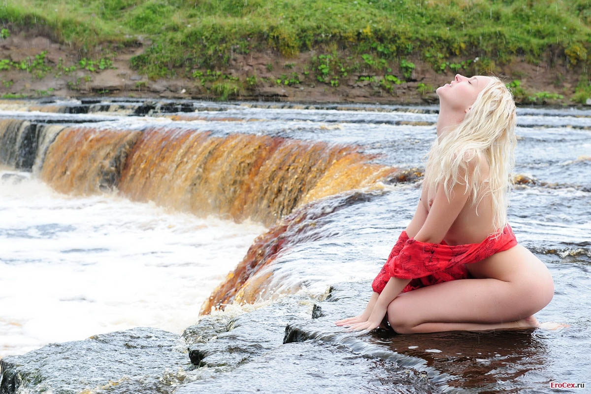 Голая блондинка у мини водопада