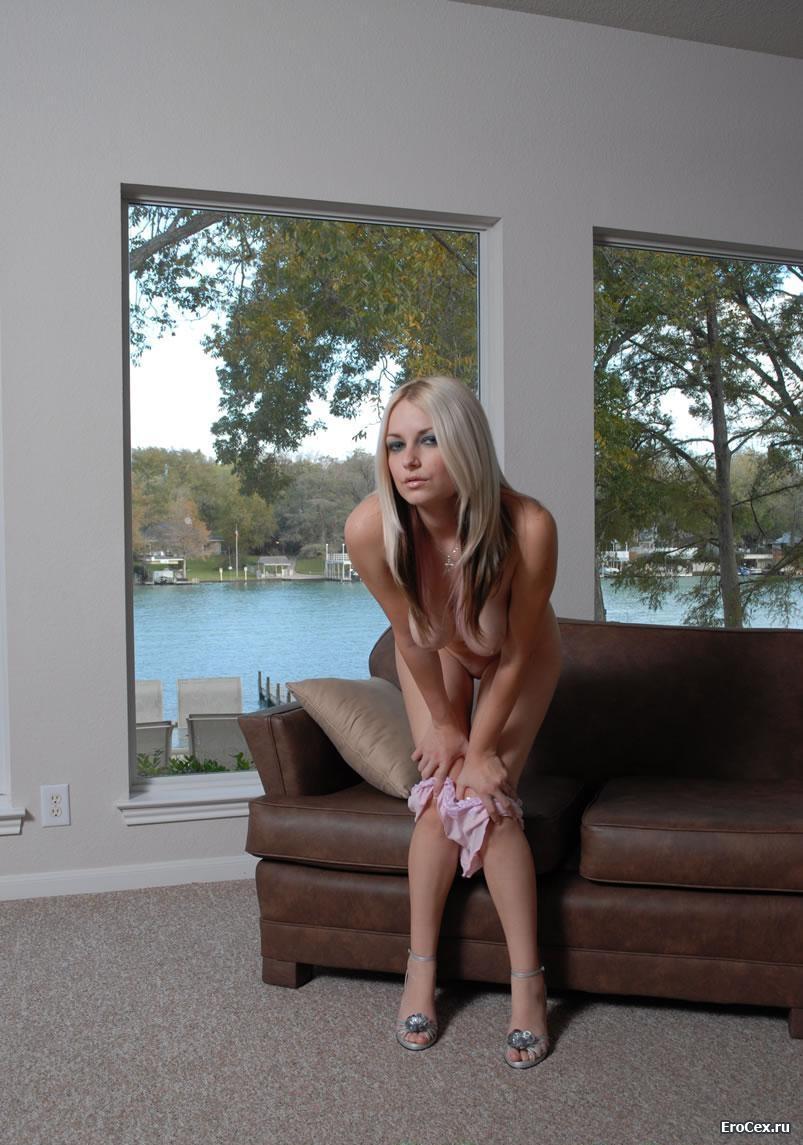 Голая блондинка на кожаном кресле