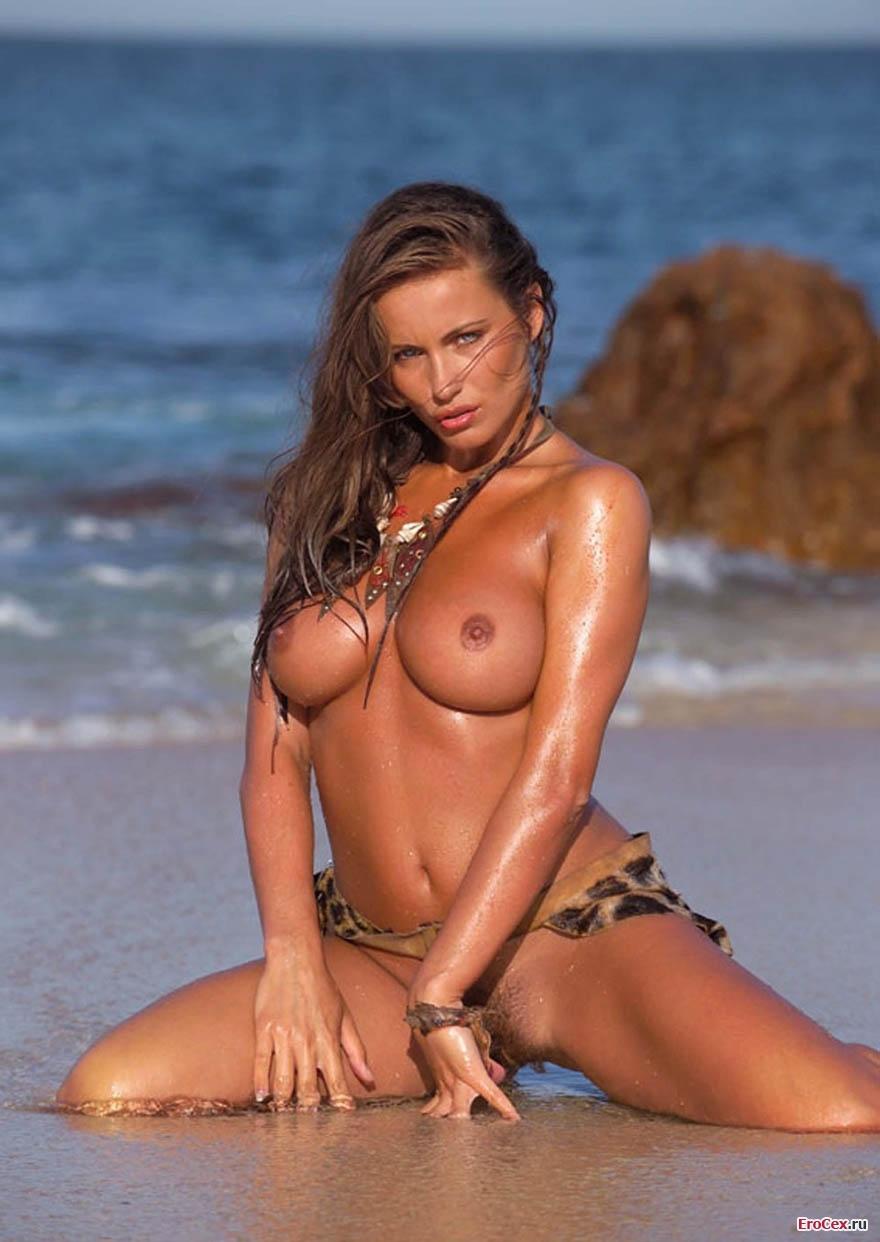 Мокрая девушка на берегу моря