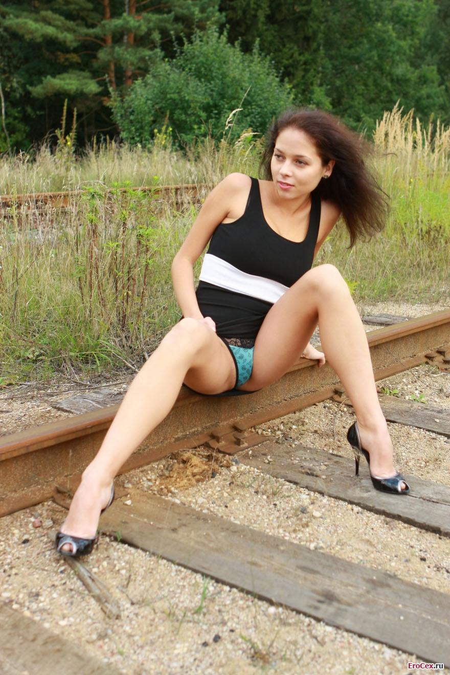 Эротика девушки на рельсах