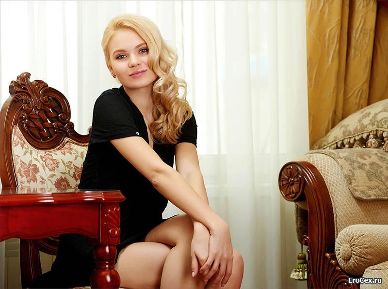 Частное фото блондинки дома