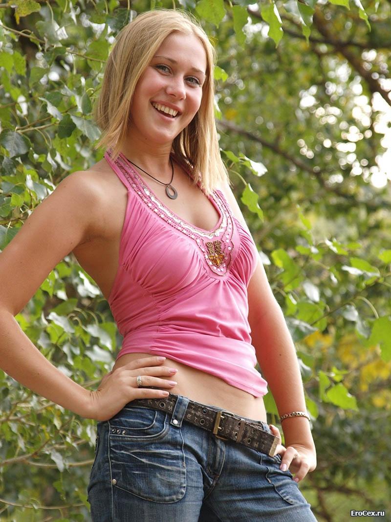 Частное фото девушки в джинсах