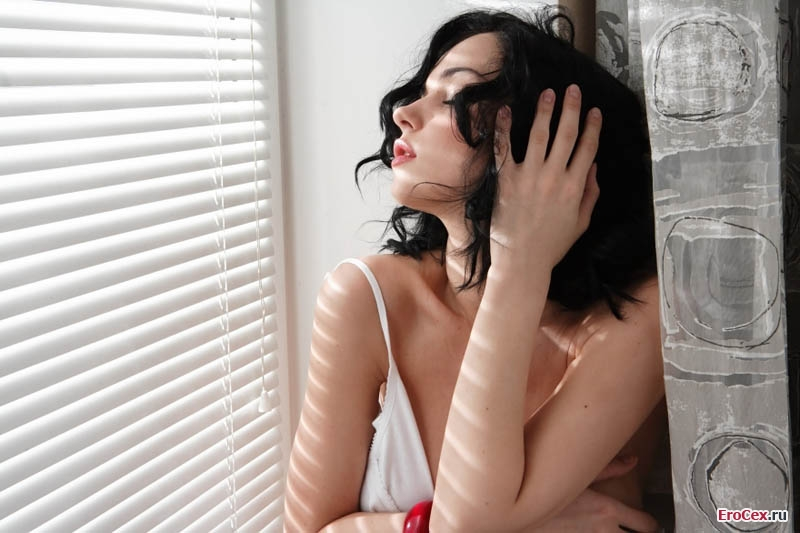 Интимная прическа девушки без трусов