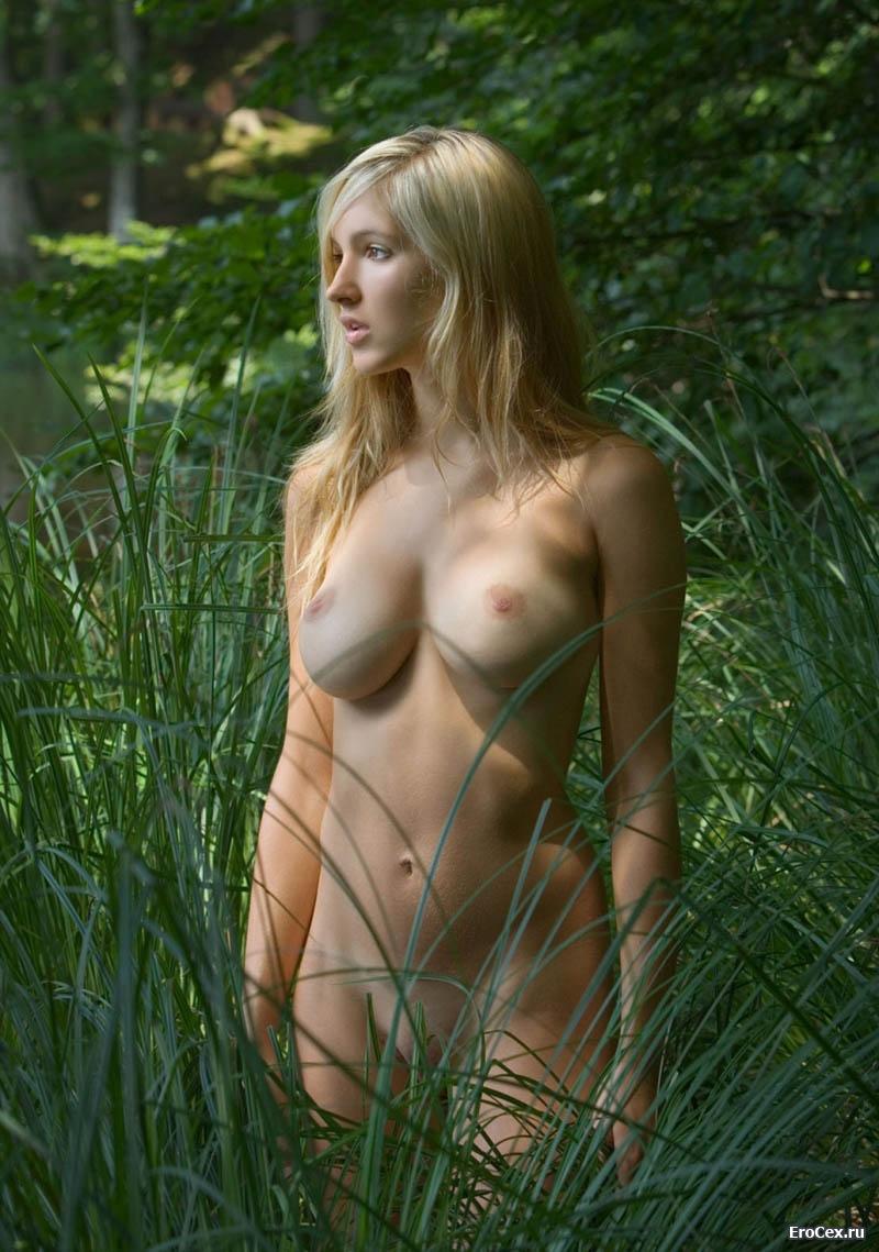 Голая блондинка в воде