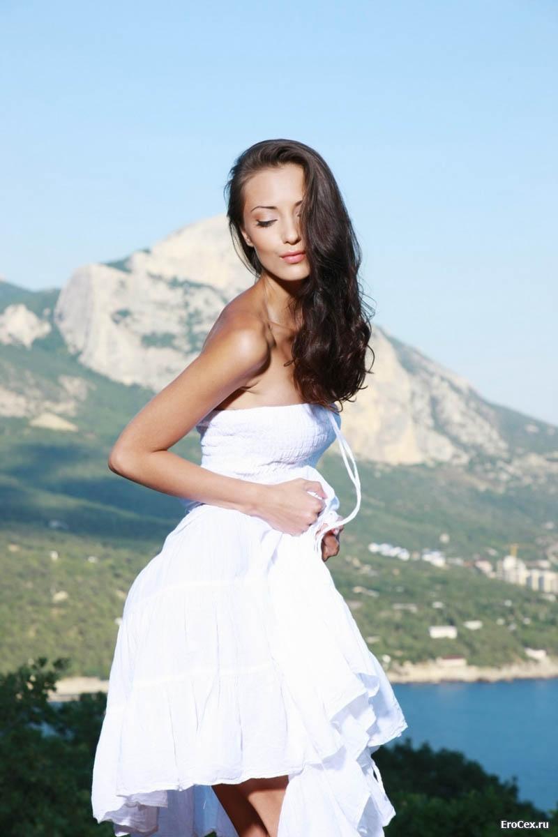 Брюнетка в белом платье