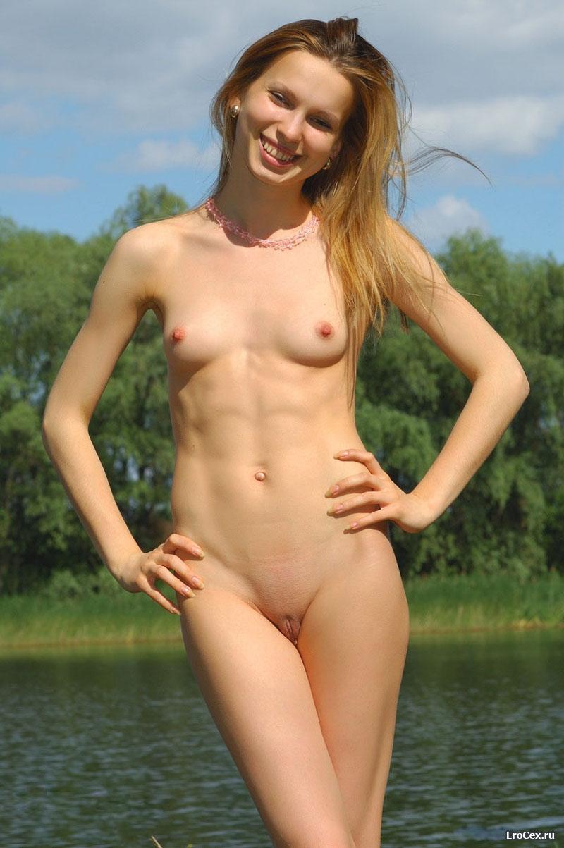 Голая и худая на берегу озера
