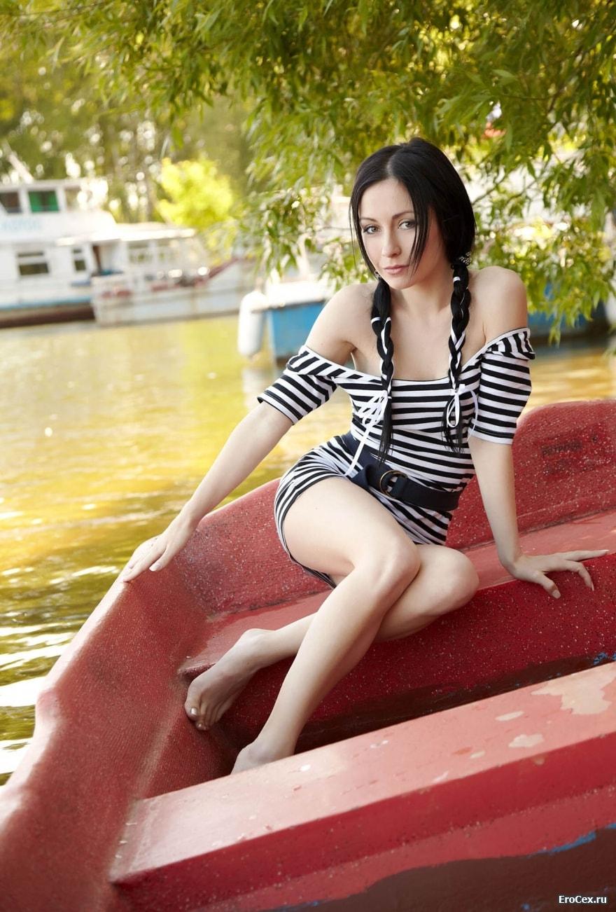 Брюнетка раздвинула ноги в лодке