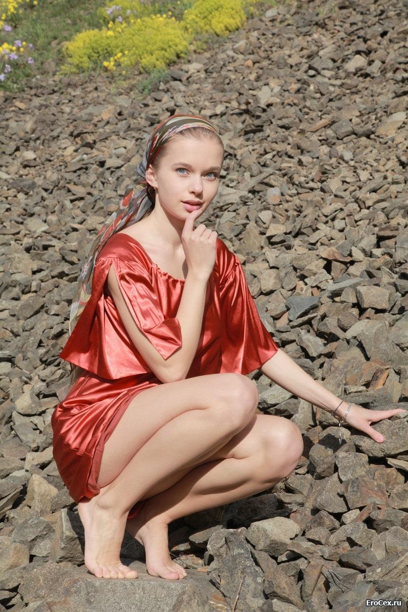 Влажная киска девушки на камнях
