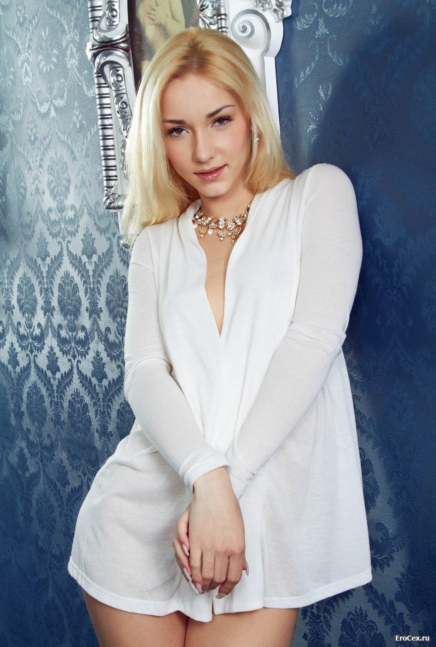 Блондинка в коридоре с влажной киской